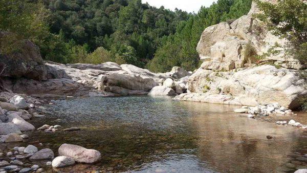 Randonner aux piscines naturelles de Cavu