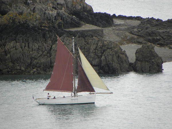 Un voilier part en balade