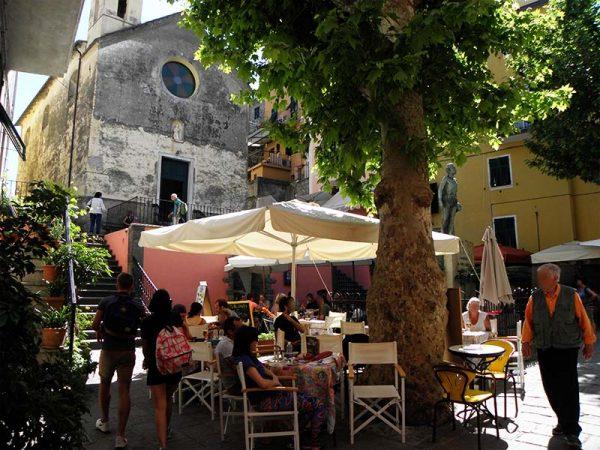 La place de l'église à Corniglia