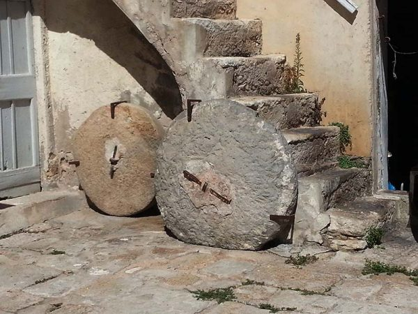 Roues d'anciennes meules
